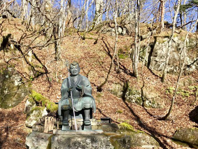 行者の銅像