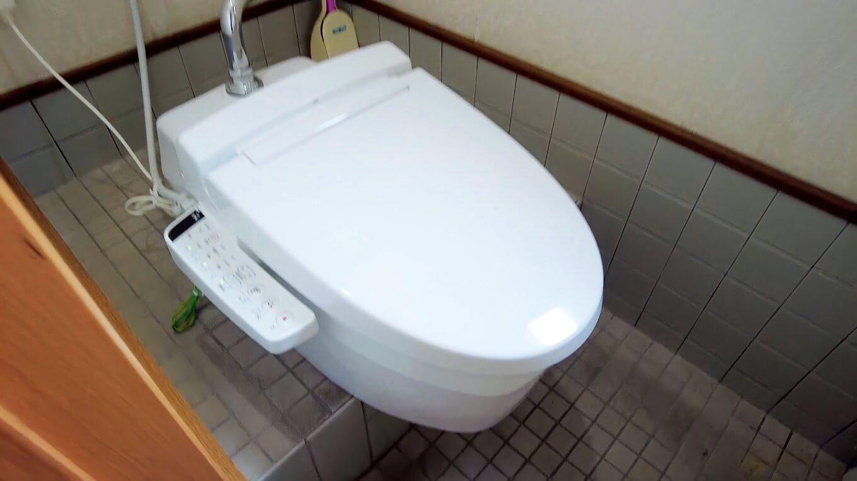 トイレは和式便器を改造して洋式の温水便座になっている