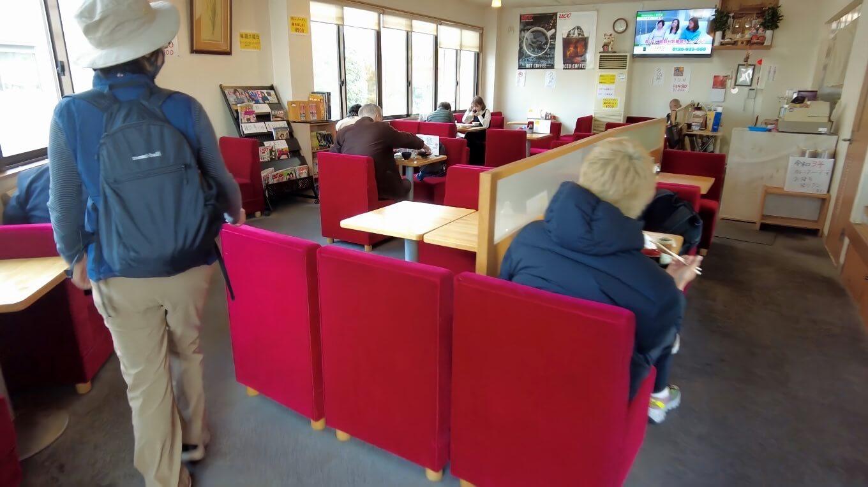 店内はテーブル席が並ぶ いかにも昭和の雰囲気 笑