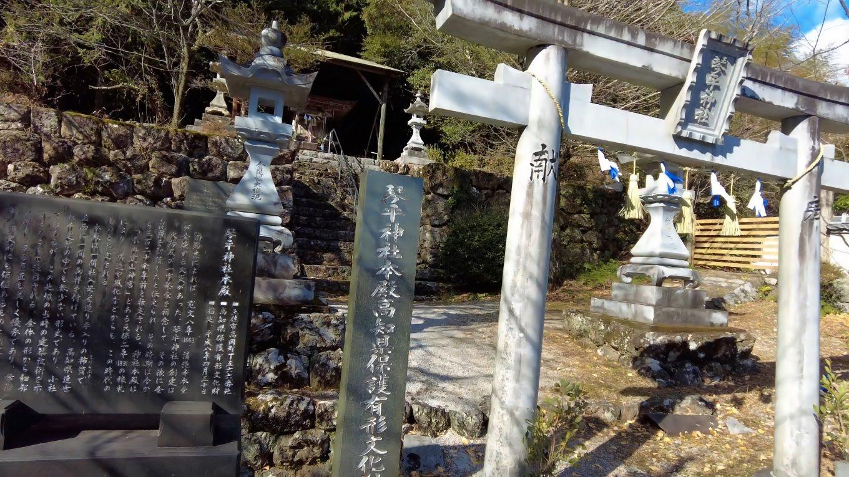 境内に鎮座する琴平神社に参拝する