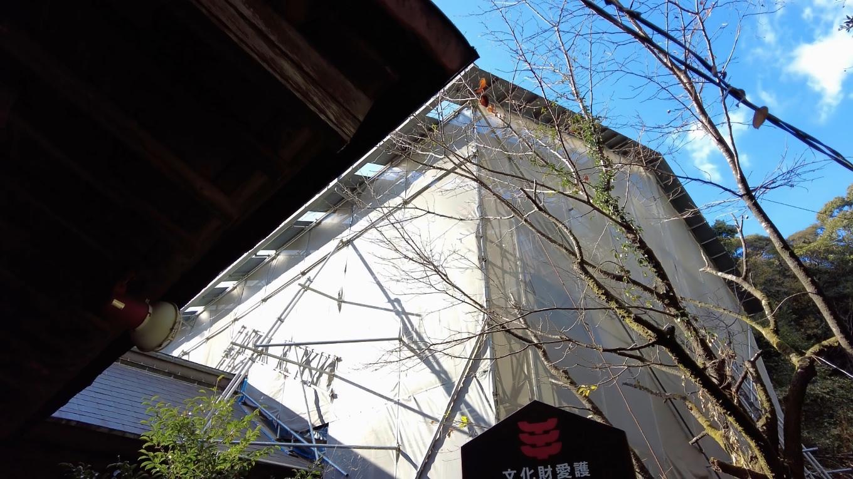 工事中なのか 本殿に屋根が架けられていた