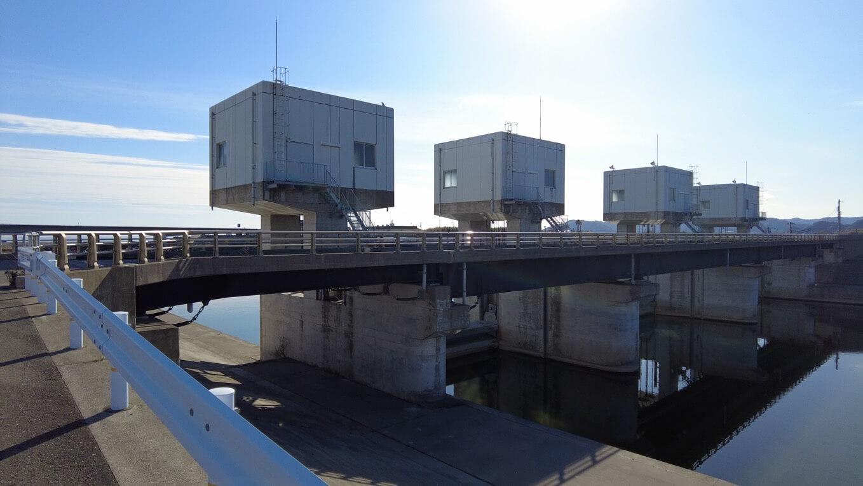波介川河口堰を渡る