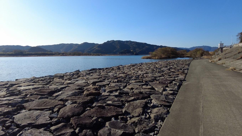 堤防の道を歩いて行くつもりだったが 歩道が無くなってしまったので河川敷に下りて歩いて行く