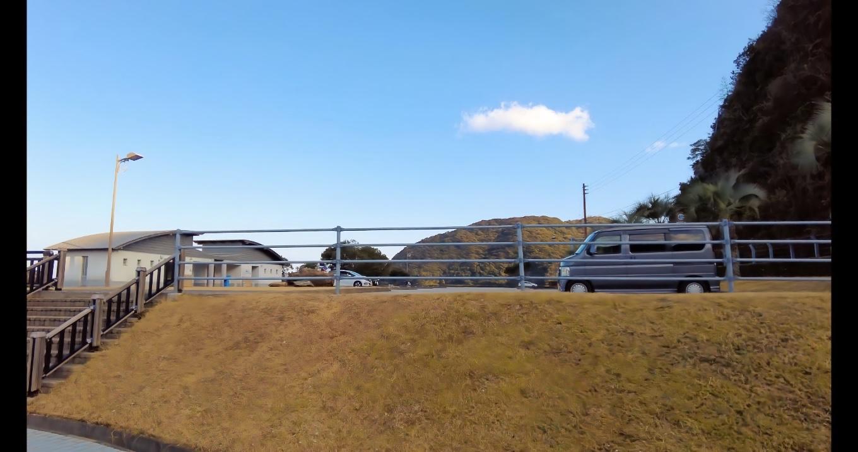 竜の浜には大きな駐車場とトイレが整備されている