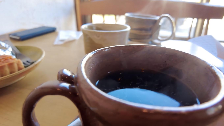 食後にコーヒーを頼んだが ここは焼き物教室も開催しているので手作りカップで出される