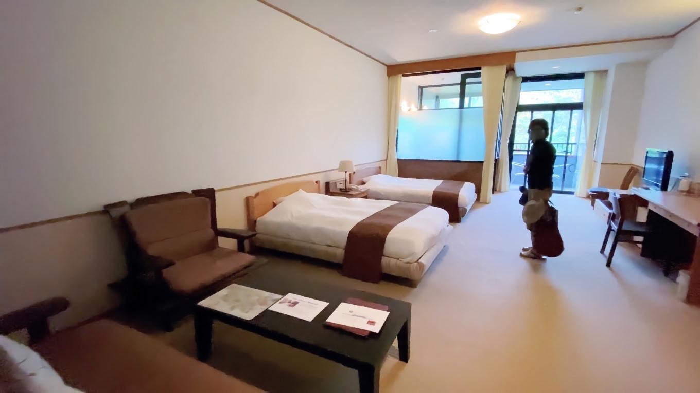 ツインルームでソファーやデスクがある 広い部屋だ