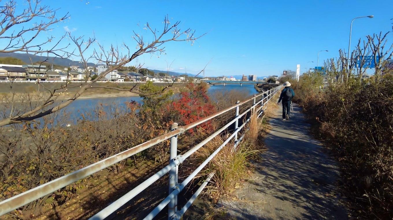 国道沿いの堤防の上を歩いて行く