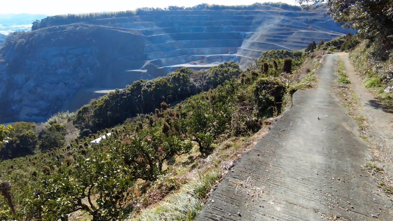 鉢巻山を下ると 吉良が峰の石灰採掘場が見える