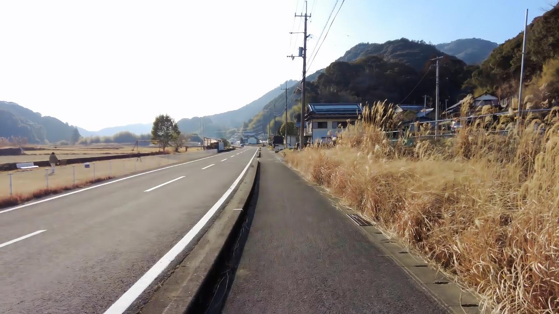 小村神社から国道33号線に出ると交通量が多いので 元来た道を戻り 山裾の道を歩く