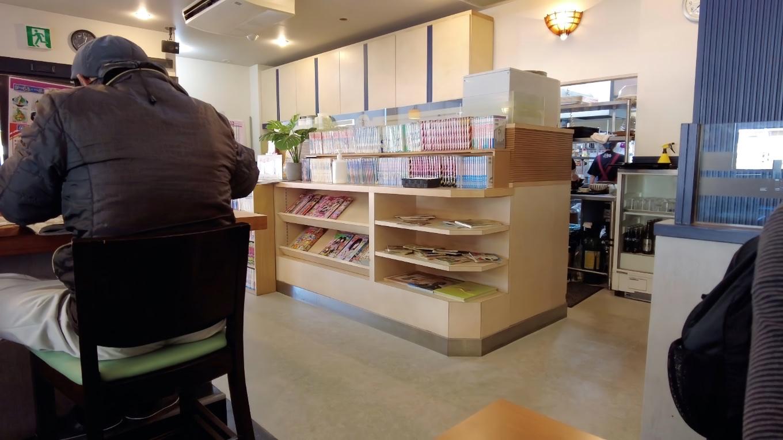 このお店には漫画本がたくさんあって いかにも高知大学に近い店らしい