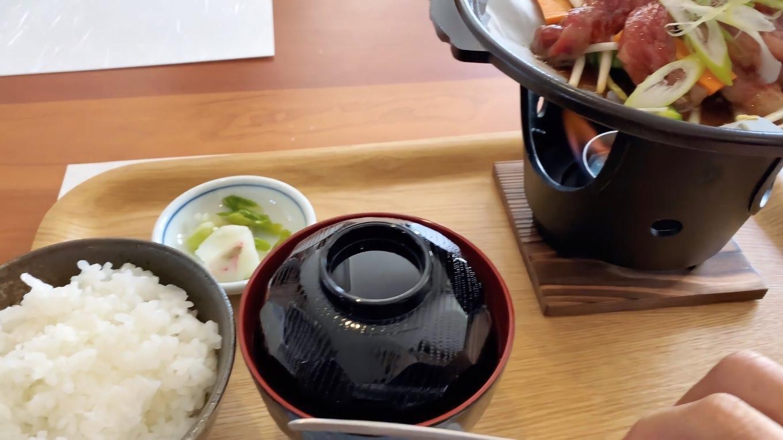 陶板にのった牛肉を 固形燃料で焼きながら食べる形式だ