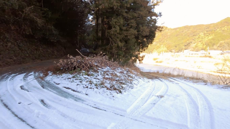 途中の上り坂は積雪で怖いので 迂回することにした