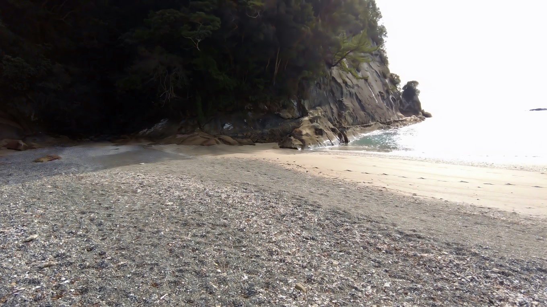 海岸から岩場に向かう
