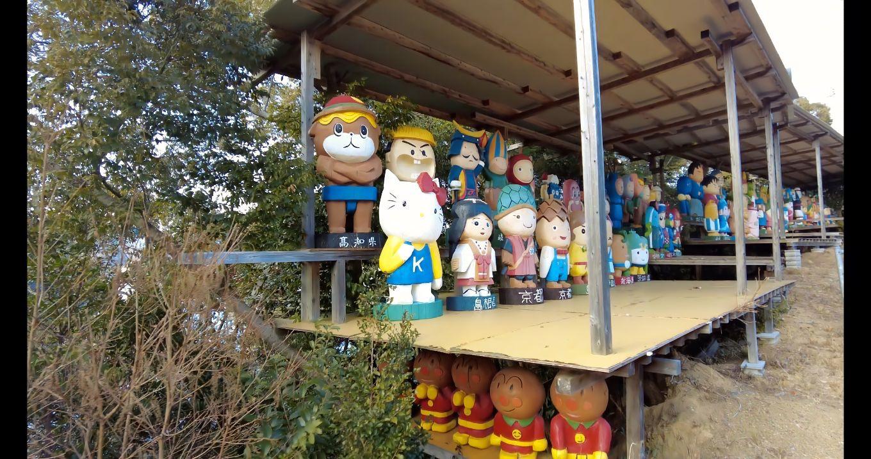 いろいろなキャラクターの木彫り人形が並ぶ 謎の施設だ