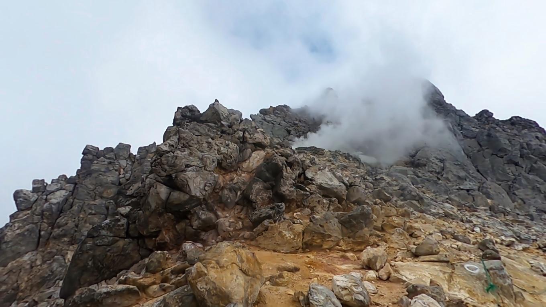 山頂直下の噴火口まで登ってきた