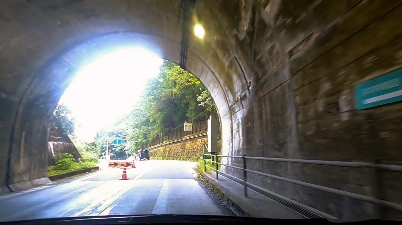 つづら折りの道を抜けて ホテルかずら橋に向かう