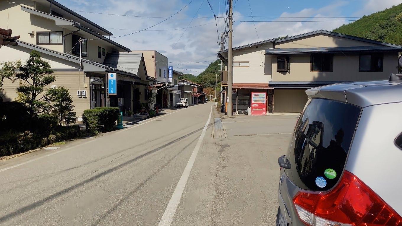 神社の前に無料の駐車場が用意されている