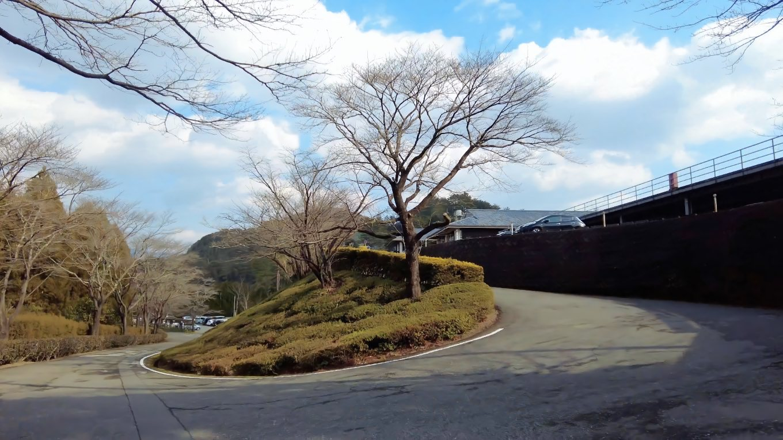 錦山カントリークラブのクラブハウスの前を通過