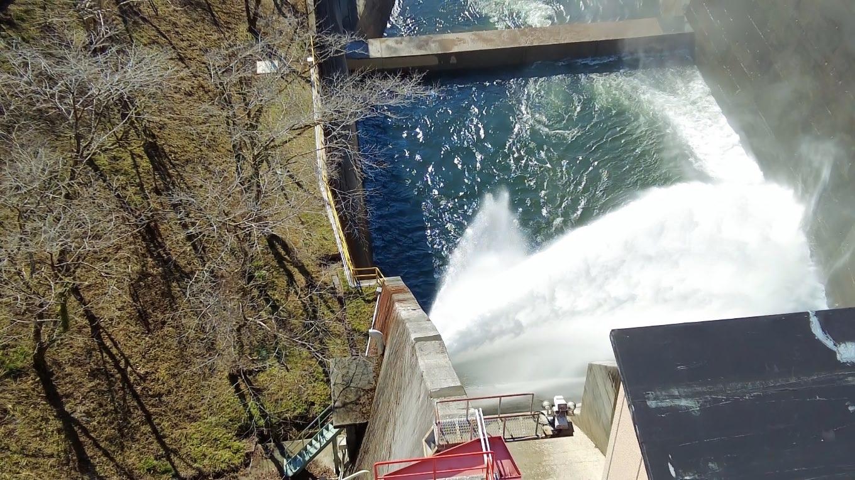 さらに鏡ダムを渡り ダムの上から放水路を見下ろした