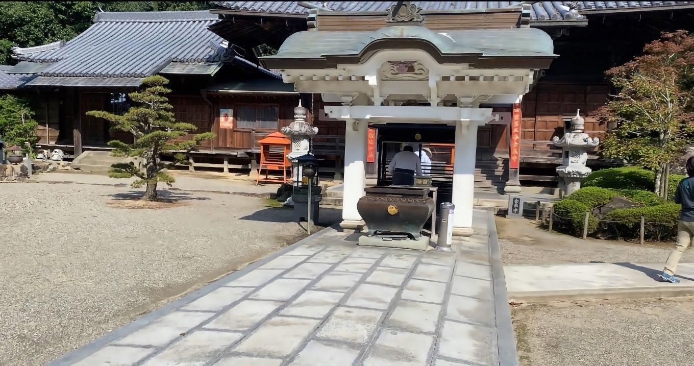 金泉寺の境内に入る
