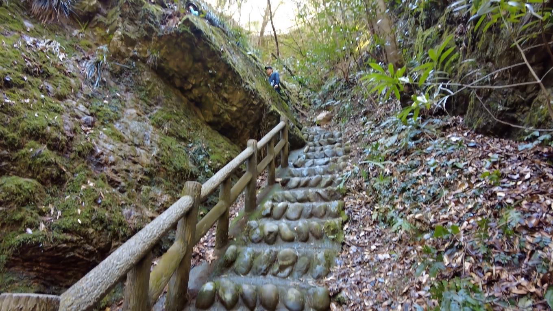 雨竜の滝から坂道を上がっていく