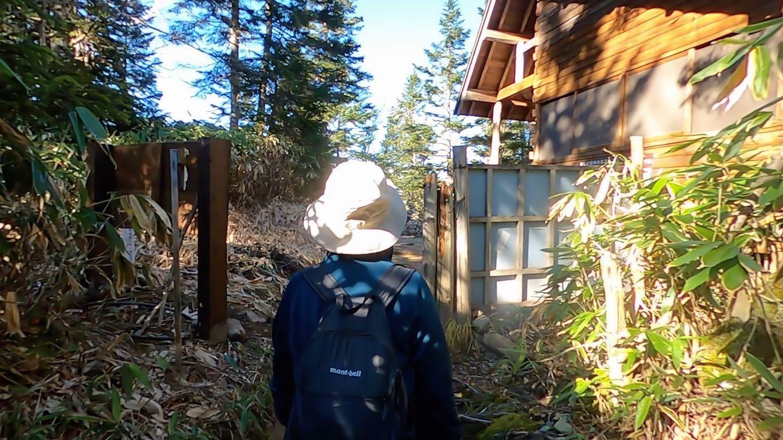 登山道出口まで歩いてきた