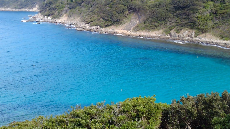海の色がコバルトブルーでとても美しい