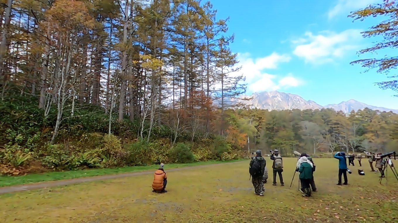 歩いて行くと 池の前にカメラマンが大勢集結していた