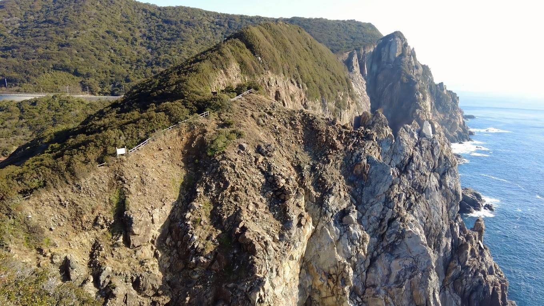ここから見える断崖の上の道を歩いて行くのだ