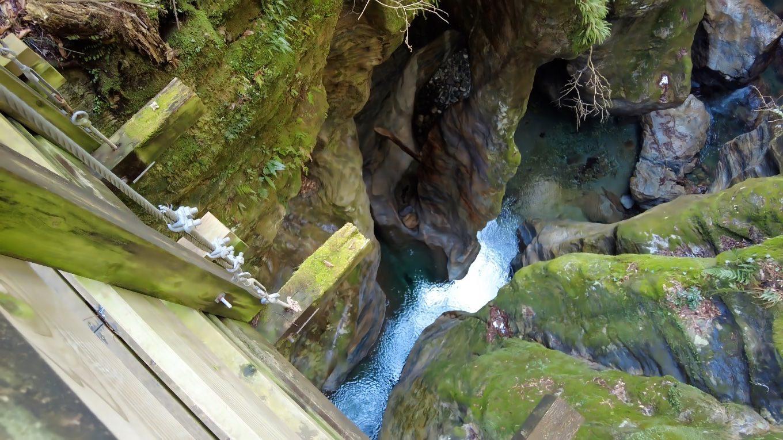 吊り橋の上から 石柱を見る