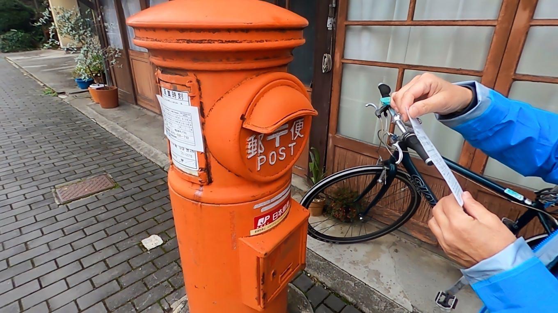レトロな丸形郵便ポストがあったので いつも宿泊している旅籠屋のアンケート 無料宿泊券が当たるかも を投函する