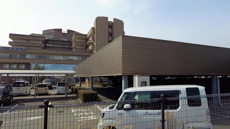 食事を終え 国立病院の前を通過