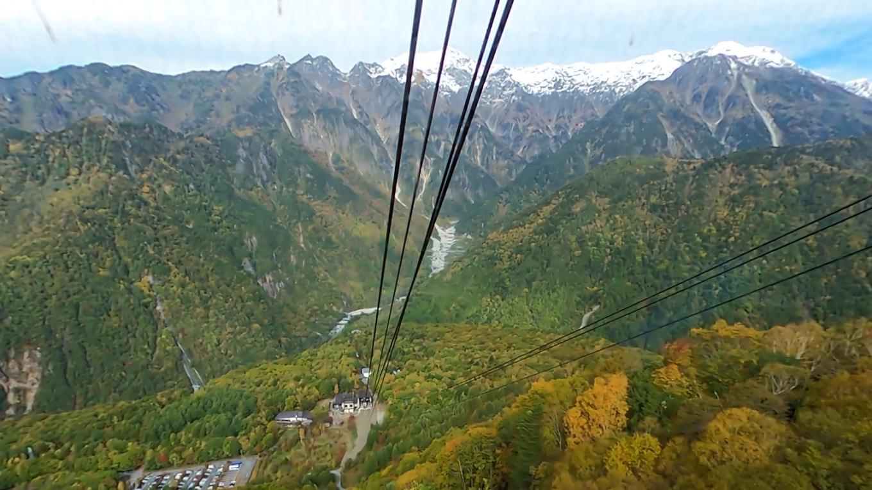 紅葉と向かいにそびえる冠雪した笠ヶ岳が美しい
