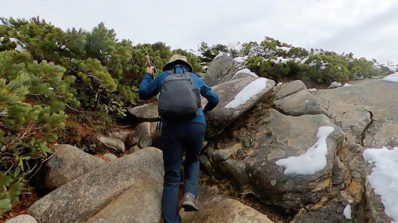 西穂山荘のすぐ上の斜面は 意外と険しい