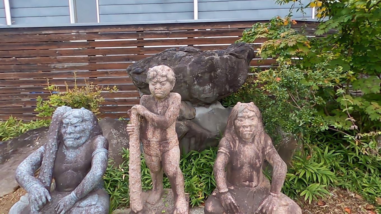 駐車場の脇に 魏石八面大王 ぎしきはちめんだいおう の像が立てられていた