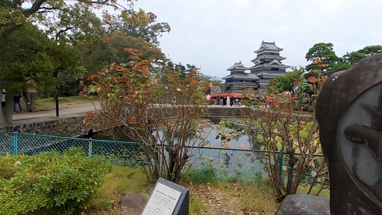 松本城に入っていく
