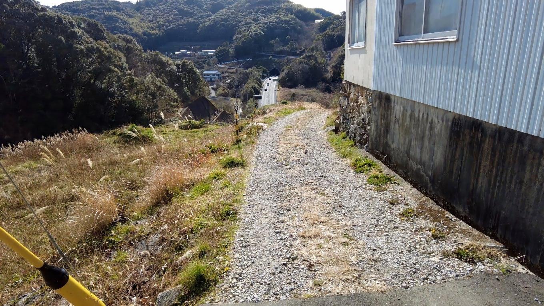 ここから針木浄水場まで歩いた時に通った高速道路沿いの道に入る