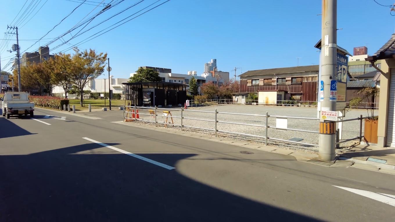 通り沿いにバス専用駐車場が設置されていた