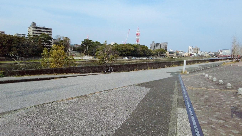 鏡川に出ると 対岸に山内神社 やまうちじんじゃ が見える