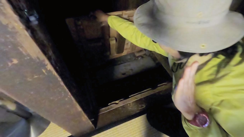 押し入れの床に 脱出口