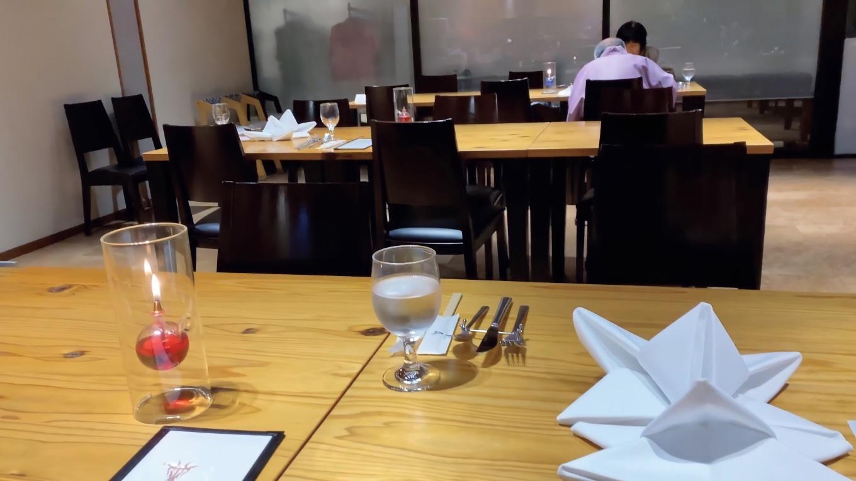 夕食は レストランでいただく