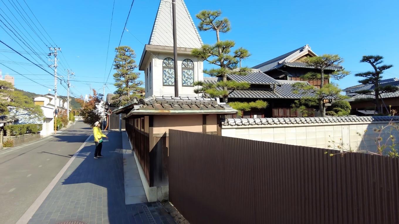 とんがり屋根の建物は 倉の館三角邸 くらのやかたさんかくてい という国の登録有形文化財だ