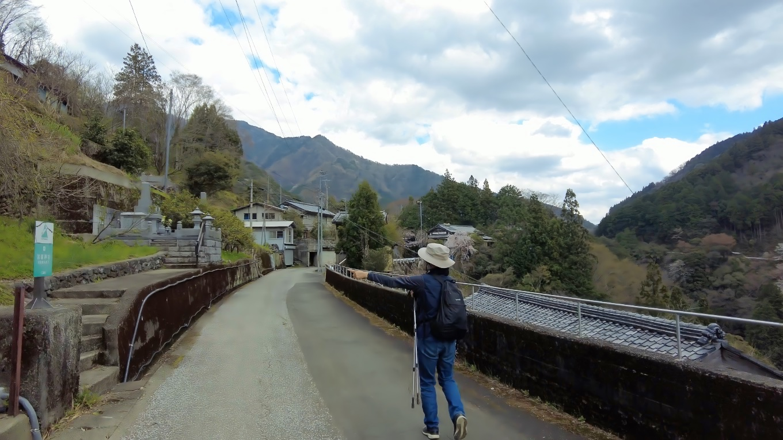 参拝を終え 市川家のしだれ桜を見に坂道を下っていく