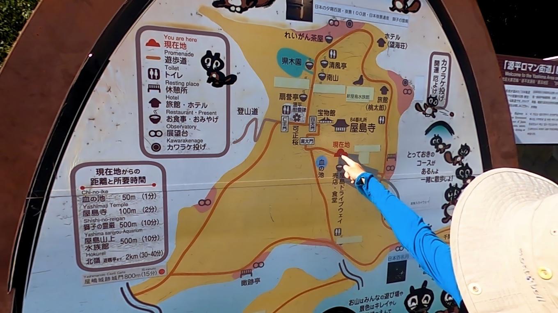 これから歩くルートを 観光看板で確認する