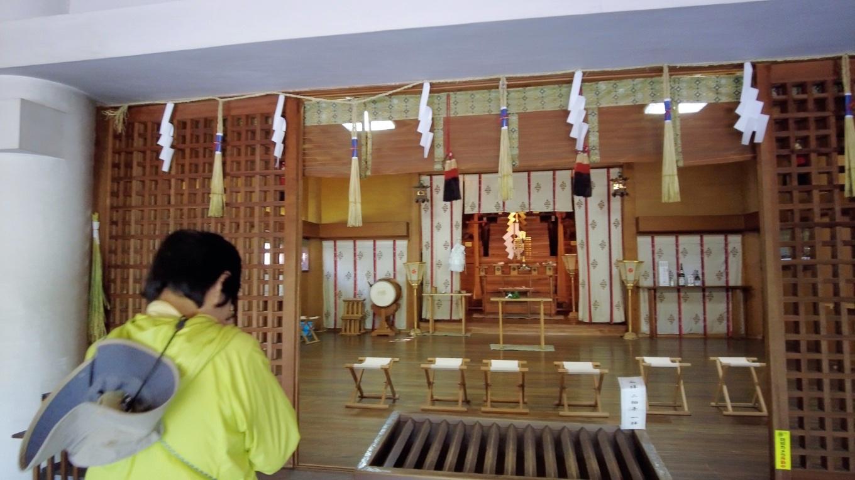 本殿で参拝する