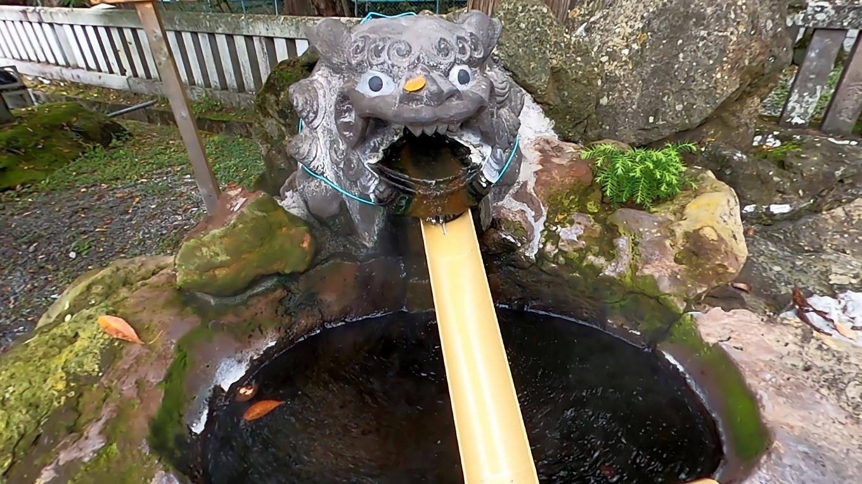 明神湯という温泉が流れている