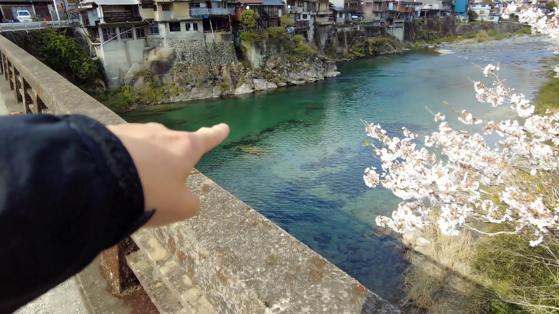 すぐ先に夏に子供が土居川に飛び込むことで有名な アカイセだ