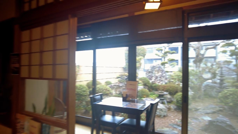 窓側の廊下にも テーブル席がある