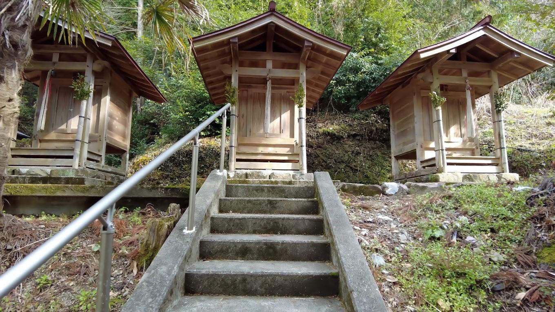 摂社は神明宮 山神社 八坂神社が並ぶ