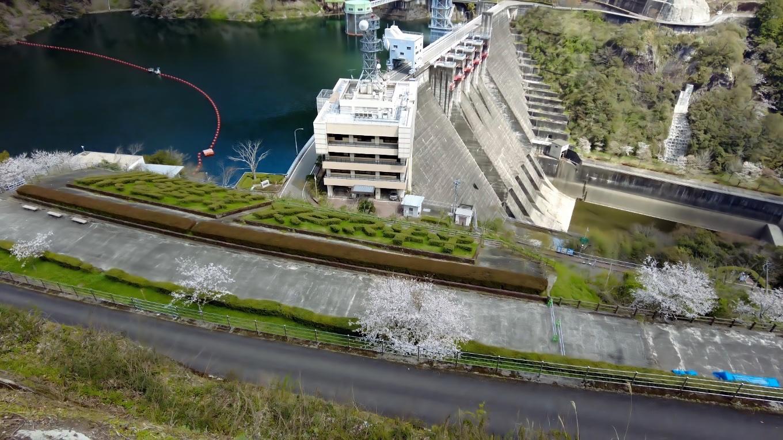 大渡ダムの真上だ